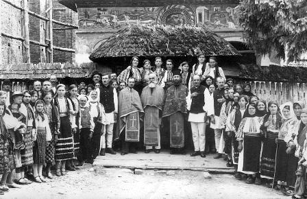 In fata Bisercii ''Sfanta Treime'' din Corbi (1943)