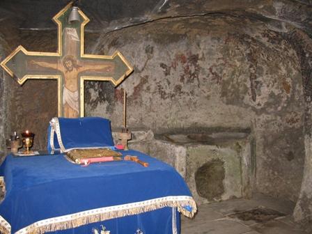 Masa liturgica cioplita in gresie