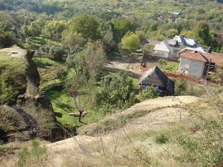 Pe masivul de gresie al manastirii